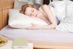junge frau schläft